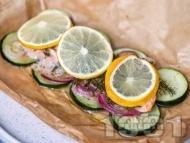 Рецепта Риба сьомга с тиквички, червен лук, копър и лимон в хартия за печене на фурна